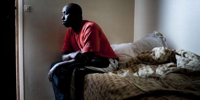 Abdulahi Ahmed Guelleh dans sa chambre d'hôtel de cinq mètres carrés, à Châtillon (Hauts-de-Seine), le 9 décembre.