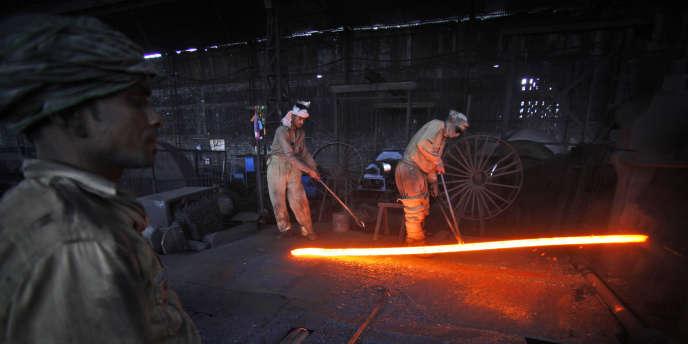 Des ouvriers dans une aciérie, à Jammu, le 1er décembre 2011.