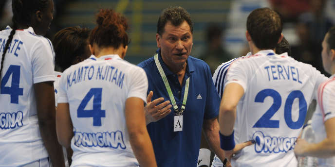 Le coach tricolore Olivier Krumbholz parle à ses joueuses.