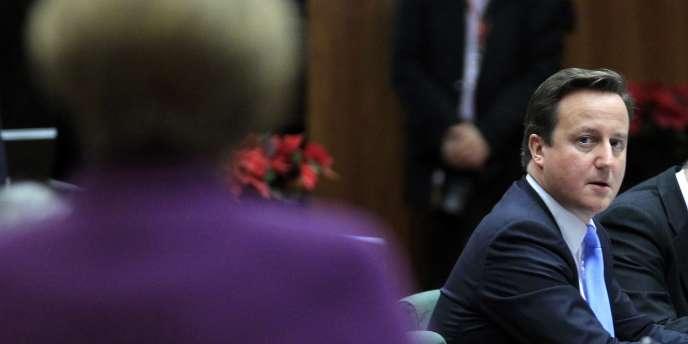 Le premier ministre britannique, David Cameron, face à la chancelière allemande, Angela Merkel, lors du sommet européen de Bruxelles, le 9 décembre 2012.
