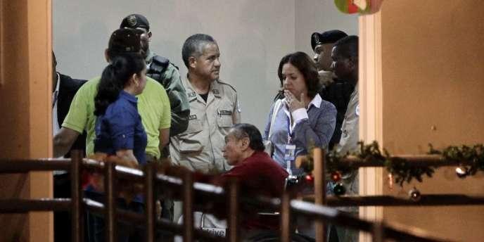 Manuel Noriega à son arrivée à la prison d'El-Renacer, le 11 décembre 2011.