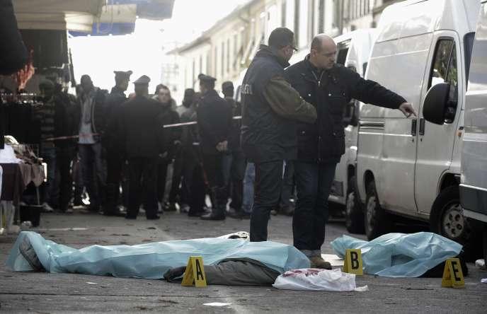 Le corps des deux vendeurs sénégalais tués dans le centre-ville de Florence, mardi 13 décembre.