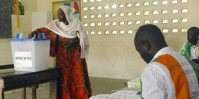 Le parti du président ivoirien Alassane Ouattara frôle la majorité absolue aux législatives de dimanche, selon des résultats partiels.