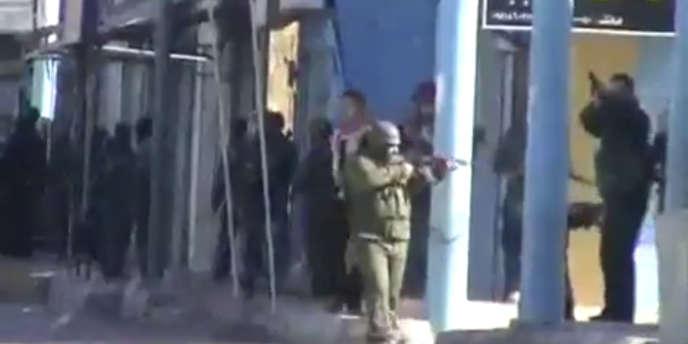 Des militaires syriens dans les rues de Deera, le 12 décembre 2011.