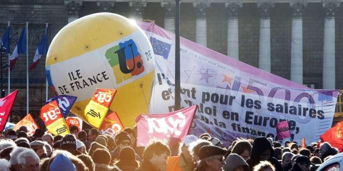 A cinq mois de l'élection présidentielle, plusieurs milliers de personnes se sont rassemblées dans tout le pays mardi 13 décembre contre le plan d'austérité du gouvernement, perçu comme