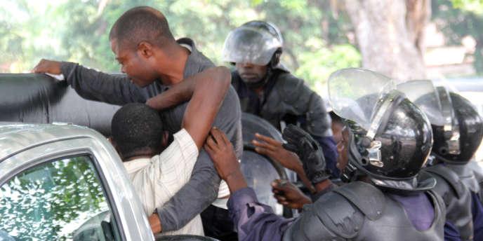 Un jeune homme suspecté d'être un militant soutenant l'opposant  Etienne Tshisekedi est arrêté par la police, le 12 décembre à Kinshasa.
