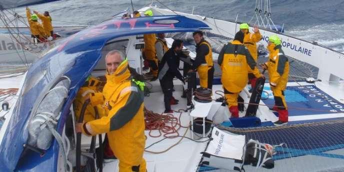 Loïck Péron et son équipage sur le trimaran Banque Populaire V.