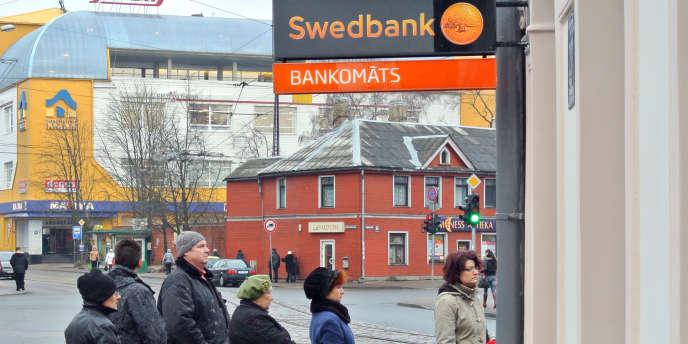Plus de 10 000 clients de la filiale de la banque suédoise Swedbank ont retiré 15 millions d'euros - ici, le 12 décembre 2011 à Riga.