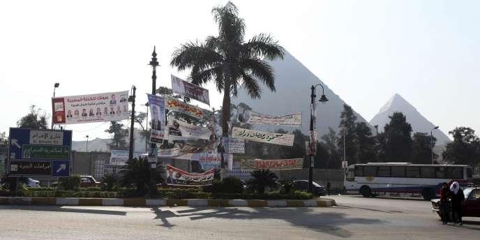 Des affiches électorales à Gizeh, le 13 décembre 2011.