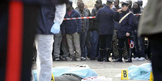 Des policiers et des vendeurs, sur les lieux de la fusillade, à Florence, le 13 décembre 2011.