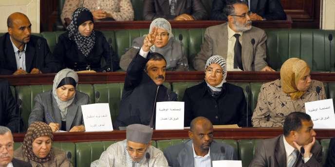 Des députés du parti Ennahda lors d'une séance de l'Assemblée constituante tunisienne à Tunis, le 23 novembre 2011.