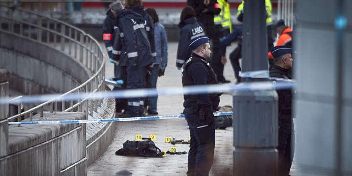 Des policiers belges sur les lieux où le tireur a été retrouvé mort, à Liège, le 13 décembre 2011.
