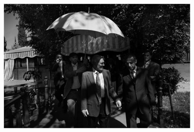 Le président Saleh, abrité sous une ombrelle, dans les jardins du palais présidentiel, à Sanaa.