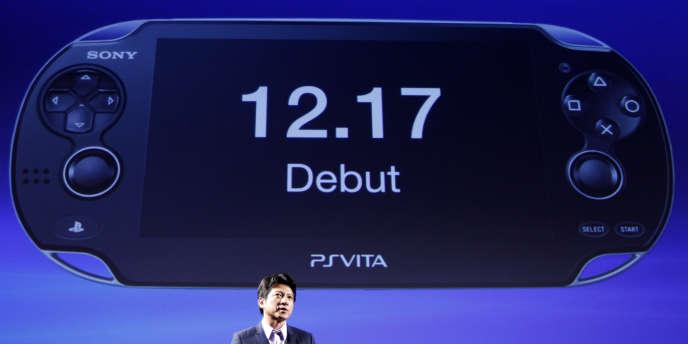Hiroshi Kawano, président de Sony Computer Entertainment Japon, présente la PSP Vita, le 14 septembre à Tokyo.