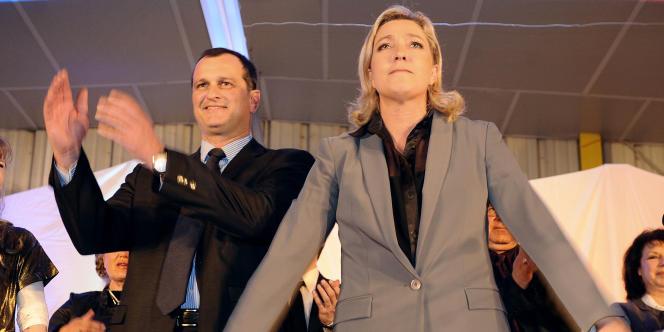 Marine Le Pen et Louis Aliot, saluent des sympathisants à l'issue d'une réunion publique, en mars 2011.