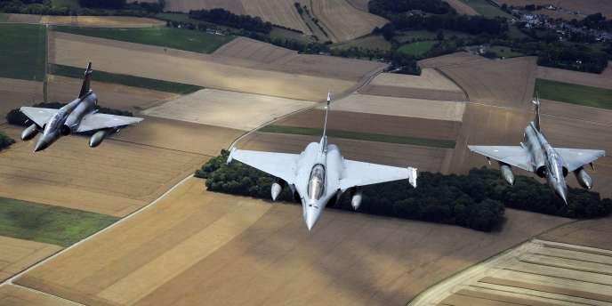Un Rafale et deux Mirage 2000-N dans les environs de Dreux, le 6 juillet 2011.