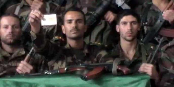 Des déserteurs présumés de l'armée syrienne, à Deraa, proclament leur rupture avec le régime, dans une vidéo postée sur Youtube le 19 novembre.