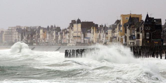 Sur la Côte d'Emeraude, le charme de Saint-Malo opère toujours et la proximité de Paris joue : le prix des trois-pièces proches des centres-villes reste élevé.