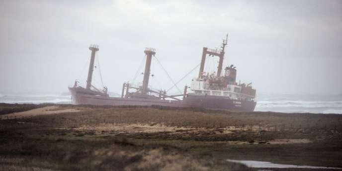 Le cargo échoué à Erdeven, vendredi 16 décembre.