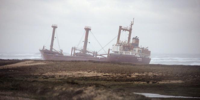 Le cargo échoué près de la plage d'Erdeven (Morbihan), le 16 décembre 2011.