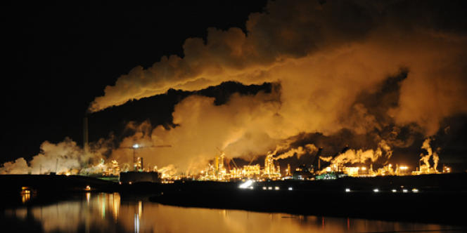 Dans le nord de l'Alberta (ouest du Canada), à Fort McMurray, l'exploitation des sables bitumineux est un désastre écologique.