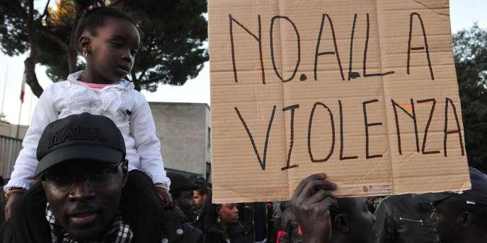 Des milliers de personnes ont manifesté contre le racisme à Florence, samedi, où un militant d'extrême droite a tué par balles deux vendeurs ambulants sénégalais et en a blessé trois autres.