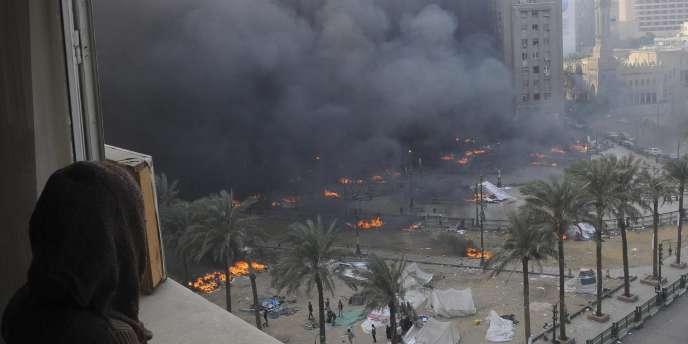 Les tentes de la place Tahrir brûlent, samedi 17 décembre.