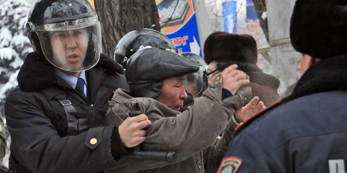 Les manifestants se heurtent aux forces de police à Almaty, le 17 décembre.