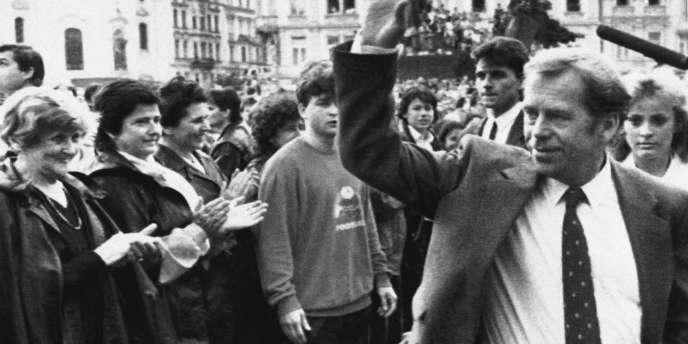 L'interdiction du groupe provoqua la création de la Charte 77 par Vaclav Havel. Ici en juin 1990 à Prague.