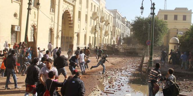 D'un côté, les manifestants envoient des pierres sur les forces de police.