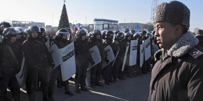 Les forces de police anti-émeutes se déploient dans le centre-ville d'Aktaou, dans le sud-ouest du Kazakhstan, dimanche 18 décembre.
