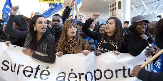 Manifestation d'une centaine d'agents de la sécurité aéroportuaire à Roissy-Charles-de-Gaulle, le 16 décembre.