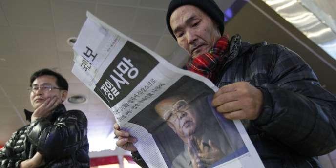 Un Sud-Coréen apprend par la presse la mort du dirigeant Kim Jong-il.