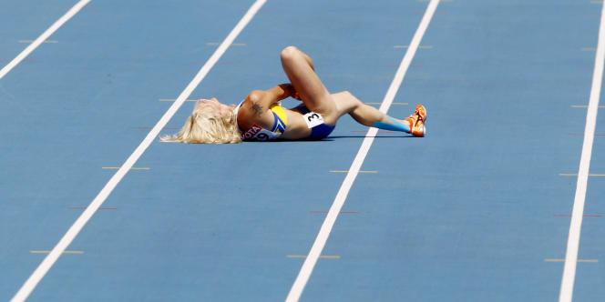 L'Ukrainienne Tetiana Petlyuk, blessée sur la piste des Mondiaux d'athlétisme, le 1er septembre 2011 à Daegu.