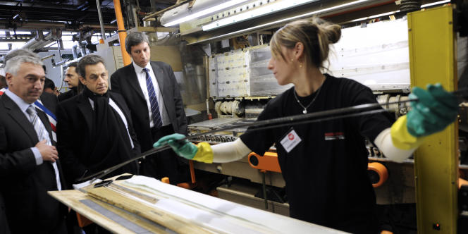 Nicolas Sarkozy lors d'une visite à l'usine Rossignol de Sallanches (Haute-Savoie) le 13 décembre 2011.