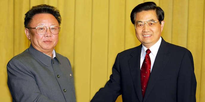 En 2004, le dirigeant nord-coréen Kim Jong-il et le président chinois Hu Jintao. La Chine reste le premier allié de la Corée du Nord, très isolée sur le plan international.
