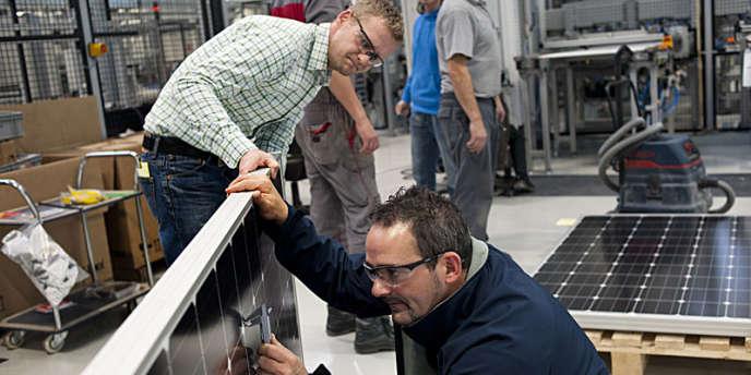 Ligne de production de panneaux photovoltaïques dans l'usine Bosch de Vénissieux (Rhône), le 16 décembre 2011.