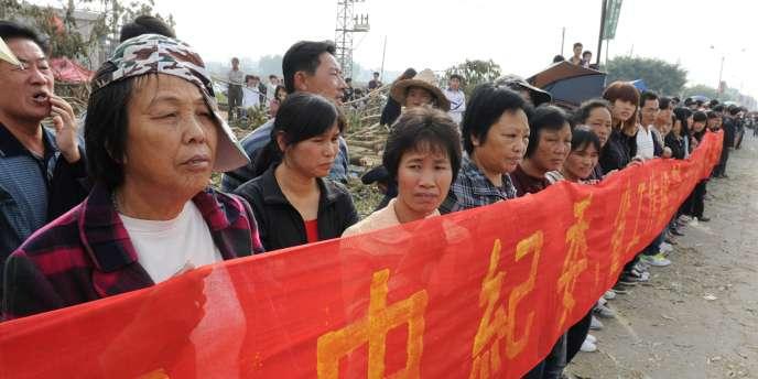 Le 21 décembre 2011, des villageois de Wukan attendent le retour du leader Lin Zulian après sa rencontre avec un représentant du gouvernement, pour un accord sur les saisies illégales de terre et la mort en détention d'un leader local à Wukan.