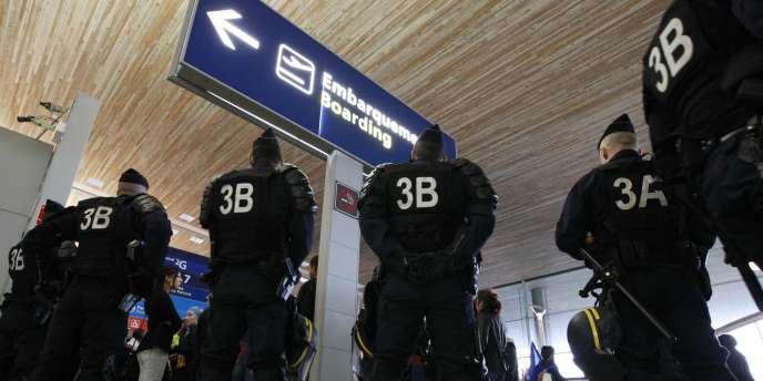 Des policiers déployés à Roissy, jeudi 22 décembre.
