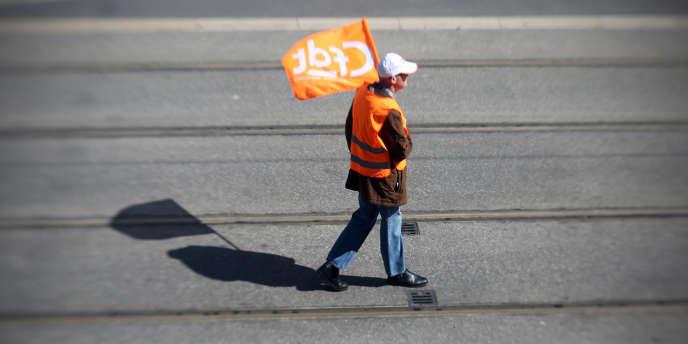 Un syndicaliste de la CFDT lors d'une manifestation à Nice, en mars 2013.