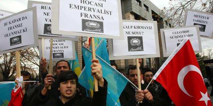 Le 21 décembre, des manifestants avaient protesté devant l'ambassade de France à Ankara en Turquie, contre la proposition de loi rendant illégal le déni du génocide arménien.