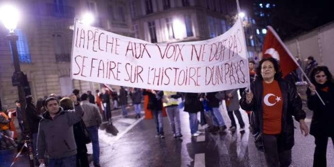 Manifestation à Paris d'opposants au texte de loi pénalisant la négation des génocides.