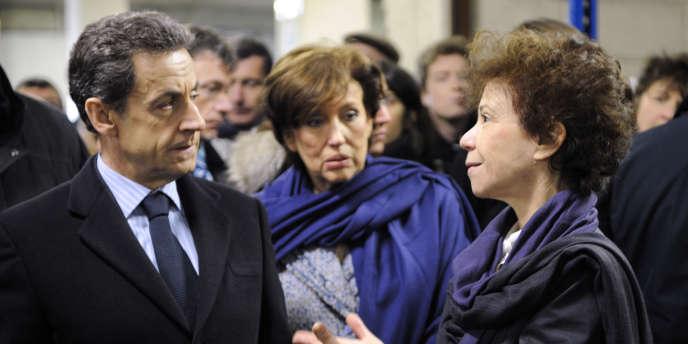 Nicolas Sarkozy et Véronique Colucci lors de la visite du chef de l'Etat aux Restos du coeur à Vitry-sur-Seine (Val-de-Marne), jeudi 22 décembre 2011.