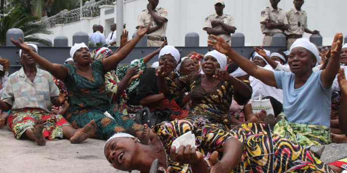 Des opposantes au président réélu Joseph Kabila protestent contre les élections et manifestent leur soutien à Etienne Tshisekedi, le 19 décembre devant l'ambassade américaine à Kinshasa.