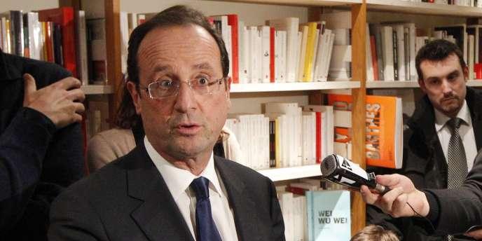 François Hollande dans une librairie parisienne le 22 décembre 2011.