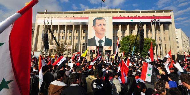 Manifestation en soutien au régime syrien à Damas, vendredi 23 décembre, après que deux attentats ont frappé la capitale syrienne.