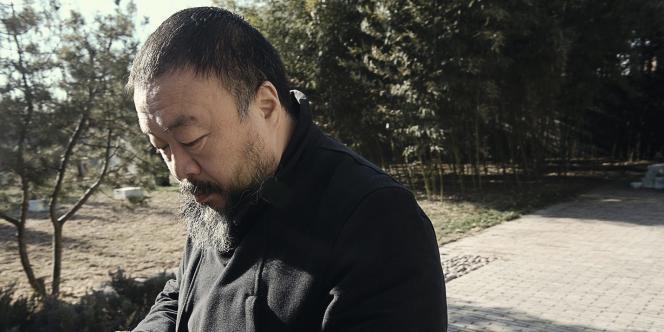Ai Weiwei en train de pianoter sur son smartphone. L'artiste passe beaucoup de temps à communiquer sur la Toile.