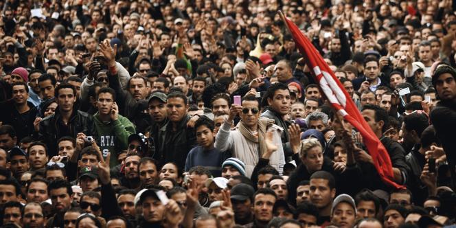 A Tunis. Des milliers de personnes réclament le départ de Ben Ali, devant le ministère de l'intérieur, le 14 janvier 2011.