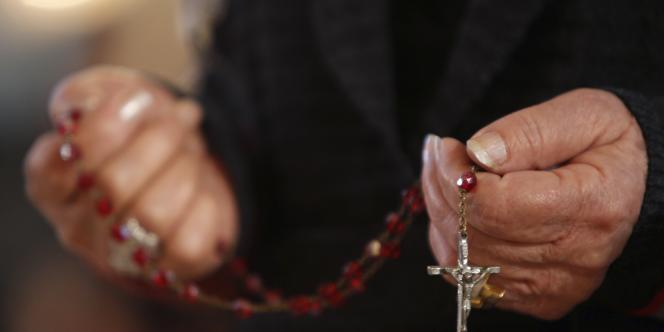 Un Chrétien assiste à une messe à Bagdad le 25 décembre 2011.