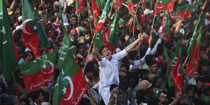 Des manifestants du Pakistan Tehreek-e-Insaf (PTI), le parti d'Imran Khan, protestent contre le président Asif Ali Zardari et demandent la fin de la corruption, le 25 décembre 2011 à Karachi, la grande ville portuaire du sud du pays.